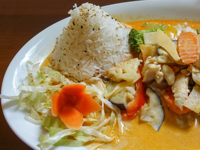 What is green curry vs red curry?