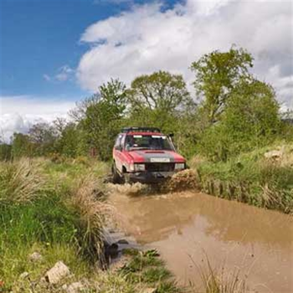 4x4 approaching ditche in stirlingshire
